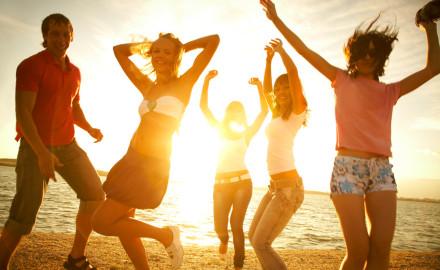 Tanzende Menschen am Strand