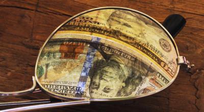 Sonnebrille mit Dollar-Spiegelung