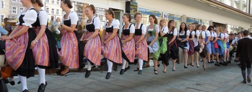 Bayerische Frauen in Dirndl beim traditionellen Tanz