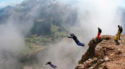 5 Wingsuit Sportler in den Alpen