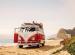 VW-Bus mit Surfbrettern am Strand