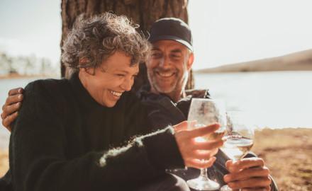 Rekord-Gewinner feiert mit einer guten Flasche Wein